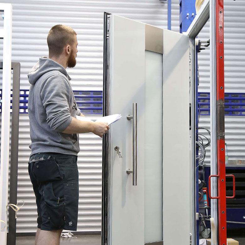Türenwerk Haustür Herstellung Qualitätskontrolle